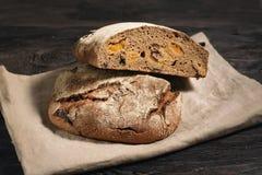 Domowej roboty chleb kłama na drewnianym stole fotografia stock