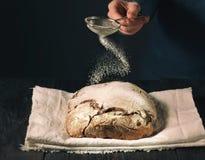 Domowej roboty chleb kropiący z mąką obrazy royalty free