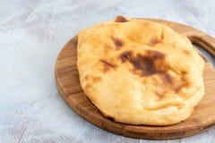 Domowej roboty chleb Na Drewnianej desce Nad Błękitny tło fotografia royalty free