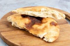 Domowej roboty chleb Na Drewnianej desce Nad B??kitny t?o obrazy stock