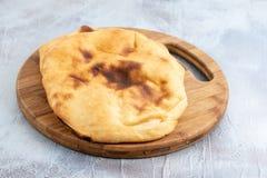 Domowej roboty chleb Na Drewnianej desce Nad B??kitny t?o zdjęcia stock