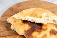 Domowej roboty chleb Na Drewnianej desce Nad B??kitny t?o zdjęcia royalty free