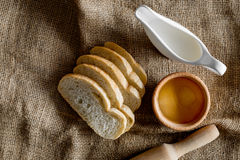 domowej roboty chleb Plasterki i ngredients na brezentowego tła odgórnym widoku Obrazy Stock