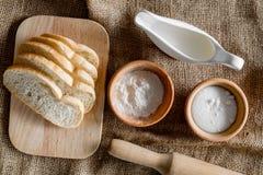 domowej roboty chleb Plasterki i ngredients na brezentowego tła odgórnym widoku Zdjęcie Stock