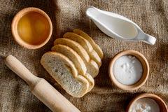 domowej roboty chleb Plasterki i ngredients na brezentowego tła odgórnym widoku Obraz Royalty Free