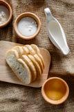 domowej roboty chleb Plasterki i ngredients na brezentowego tła odgórnym widoku Zdjęcia Royalty Free