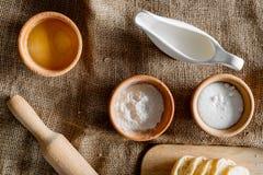 domowej roboty chleb Plasterki i ngredients na brezentowego tła odgórnym widoku Obrazy Royalty Free