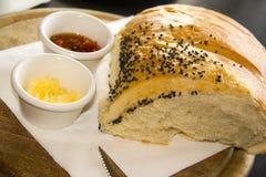 Domowej roboty chleb, ramekin z masłem i korzenny rozszerzanie się, obraz stock
