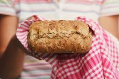 Domowej roboty chleb robić z banatki mąką obraz royalty free