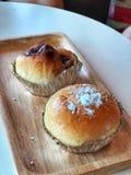 Domowej roboty chleb w Foliowej filiżance na drewnianej tacy obrazy stock