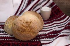 Domowej roboty chleb z mlekiem Zdjęcia Royalty Free