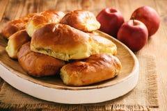 Domowej roboty chleba babeczki z jabłczanym plombowaniem Obraz Stock