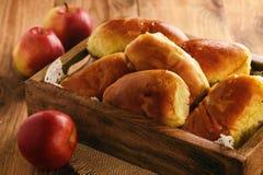 Domowej roboty chleba babeczki z jabłczanym plombowaniem Zdjęcia Royalty Free