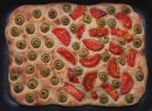 Domowej roboty chleba focaccia z pomidorami i oliwkami Zdjęcie Stock