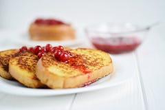 Domowej roboty chleba grzanka z jagodowym dżemem na białym tle Obrazy Royalty Free