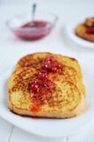 Domowej roboty chleba grzanka z jagodowym dżemem na białym tle Zdjęcie Royalty Free