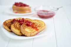 Domowej roboty chleba grzanka z jagodowym dżemem na białym tle Obrazy Stock