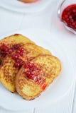 Domowej roboty chleba grzanka z jagodowym dżemem na białym tle Fotografia Stock