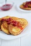 Domowej roboty chleba grzanka z jagodowym dżemem na białym tle Zdjęcie Stock
