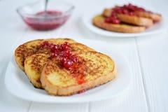Domowej roboty chleba grzanka z jagodowym dżemem na białym tle Obraz Royalty Free