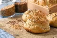 Domowej roboty chlebowe rolki z lnów ziarnami Zdjęcie Royalty Free