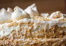 Domowej roboty chuchu tort z bezą na białym talerzu obrazy royalty free