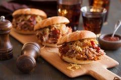 Domowej roboty ciągnący wieprzowina hamburger z karmelizującą cebulą i bbq kumberlandem Zdjęcie Stock