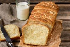 Domowej roboty ciągnienia w oddaleniu chleb z sezamowymi ziarnami Obrazy Royalty Free