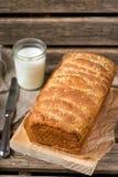 Domowej roboty ciągnienia w oddaleniu chleb z sezamowymi ziarnami Zdjęcie Royalty Free