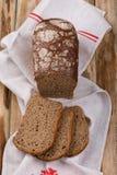 Domowej roboty ciasta, fragrant świeży chleb na drewnianym stole Fotografia Royalty Free