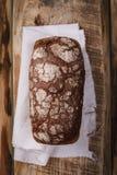 Domowej roboty ciasta, fragrant świeży chleb na drewnianym stole Obrazy Royalty Free