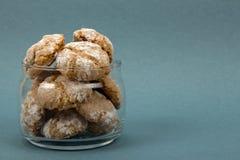 Domowej roboty ciastka amaretti w przejrzystym słoju błękita tle Obrazy Stock
