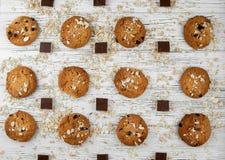 Domowej roboty ciastka i czekolada kawałki na białym rocznika stole Zdjęcie Stock