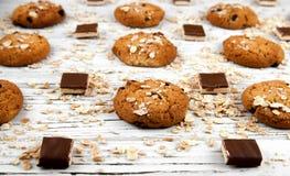 Domowej roboty ciastka i czekolada kawałki na białym rocznika stole Zdjęcie Royalty Free
