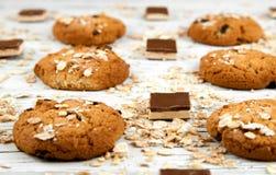 Domowej roboty ciastka i czekolada kawałki na białym rocznika stole Zdjęcia Royalty Free
