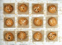 Domowej roboty ciastka na białym rocznika stole Smakowici ciastka i bis Obrazy Royalty Free