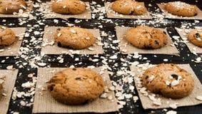 Domowej roboty ciastka na czarny rocznik textured stole smakowity Zdjęcia Stock
