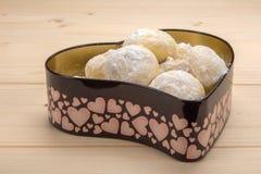 Domowej roboty ciastka w cynują pudełko w formie serca na woode Zdjęcie Stock