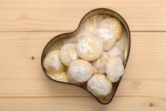 Domowej roboty ciastka w cynują pudełko w formie serca na woode Obraz Stock