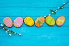 Domowej roboty ciastka z lodowaceniem w formie jajka dla wielkanocy Wyśmienicie Wielkanocni ciastka na błękitnym tle Cooki Obraz Stock