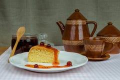 Domowej roboty ciastko na bielu talerzu na bawełnianej pielusze Fotografia Stock