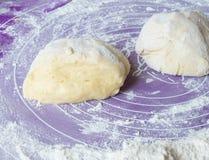 Domowej roboty ciasto ciie w połówce na floured powierzchni Zdjęcia Royalty Free