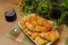 Domowej roboty ciasto z sezamem, ser i wino czernica fotografia stock