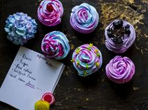 Domowej roboty colourful babeczki fotografia stock