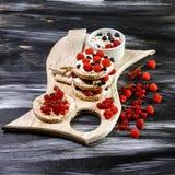 Domowej roboty Crispbread grzanka z chałupa serem, jagody Mieszkanie nieatutowy kosmos kopii fotografia stock