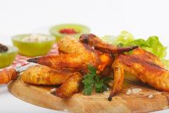 Domowej roboty crispy, piec kurczaków skrzydła na drewnianej desce, zdjęcia royalty free
