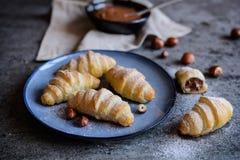 Domowej roboty croissants wypełniający z hazelnut śmietanką obraz royalty free