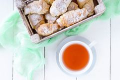 Domowej roboty croissants z dżemem, dekorującym z sproszkowanym cukierem i filiżanką ranek herbata Fotografia Royalty Free