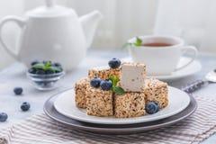 Domowej roboty cukierków, cukierków ` s Gołębi mleko z filiżanką lub, Zdjęcia Royalty Free