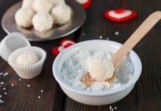 Domowej roboty cukierku biała czekolada z koksem Kokosowe piłki Fotografia Royalty Free